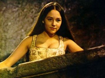 Olivia-Hussey-looking-down-from-Balcony-in-Romeo-Juliet-1968-olivia-hussey-club-32746558-720-540